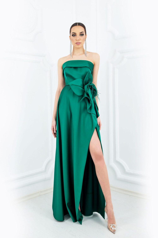 Зелена рокля със сложна сатенена конструкция и декоративно цвете - 1850 лв.