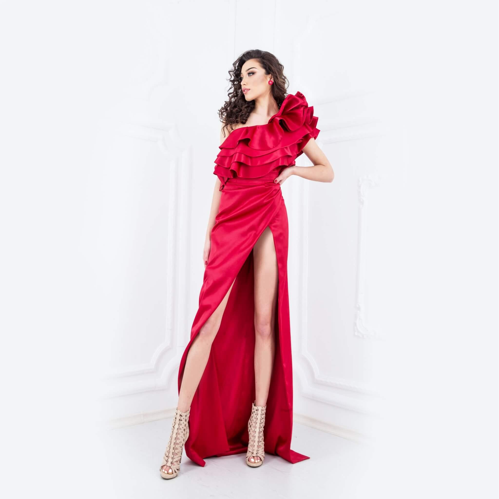 Червена сатенена рокля с ръчно израбптени декорации - 1950 лв.