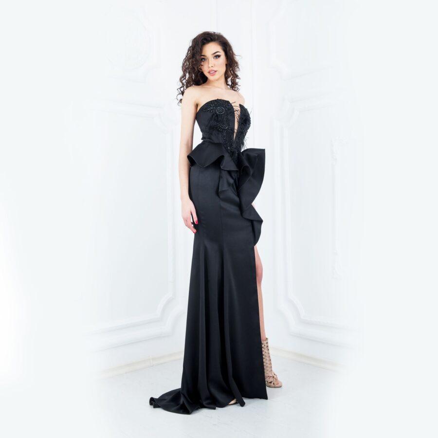 Черна сатенена рокля със сложна конструкция - 2400 лв