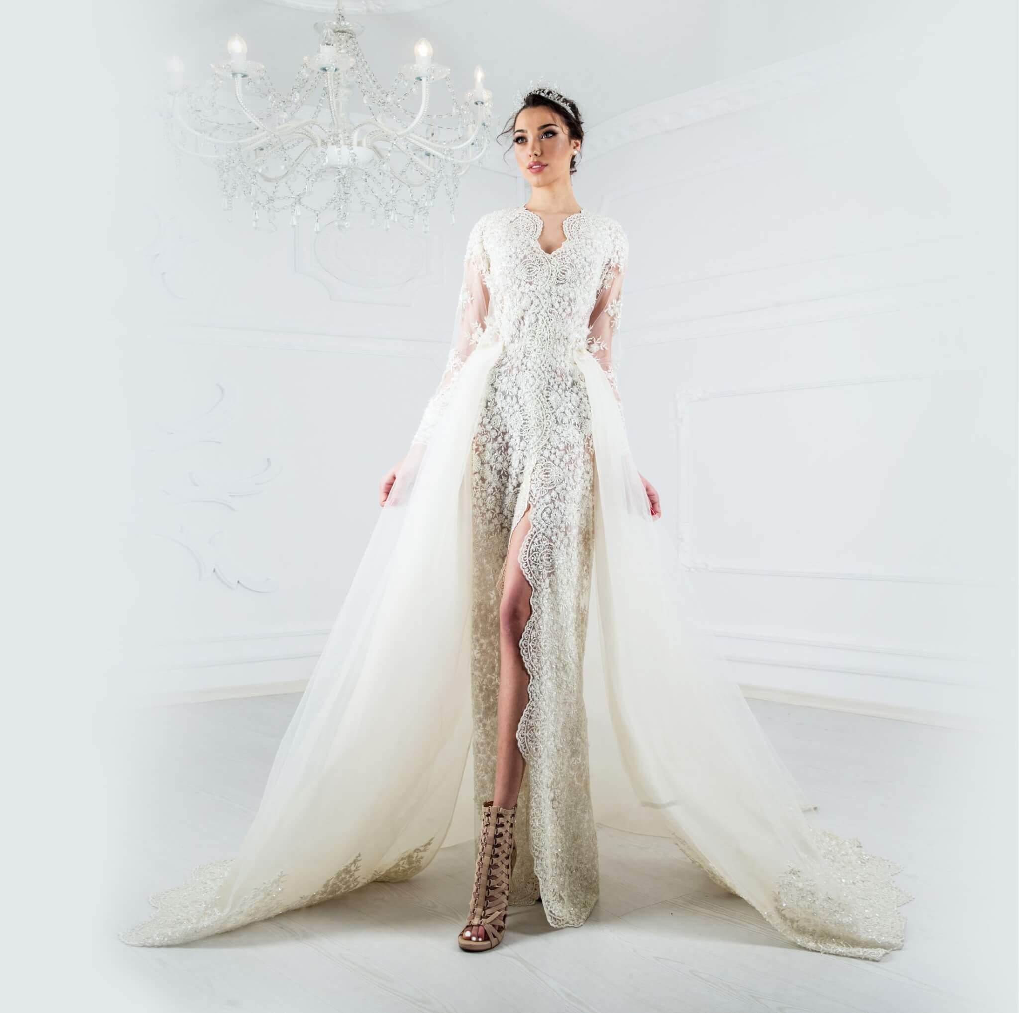 Дантелена рокля с вградена конструкция - 3200 лв.